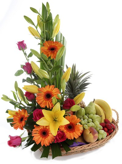 flores con frutas en canasta iraniafloristeria.,