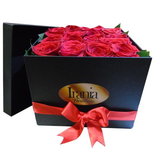 caja cubo color negro de 16 rosas. iraniafloristeria