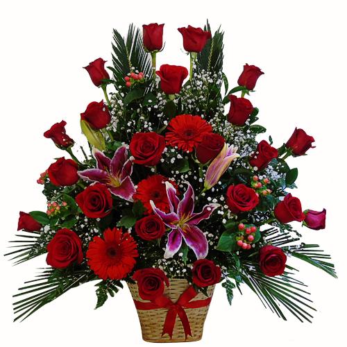 hermoso arreglo en forma triangular con rosas y lirios , tono rojo en canasta artresanal