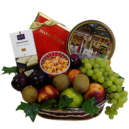 canasta de chocolates y galletas con frutas . irania floristeria