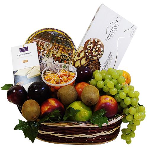 canasta de chocolates y galletas. iraniafloristeria