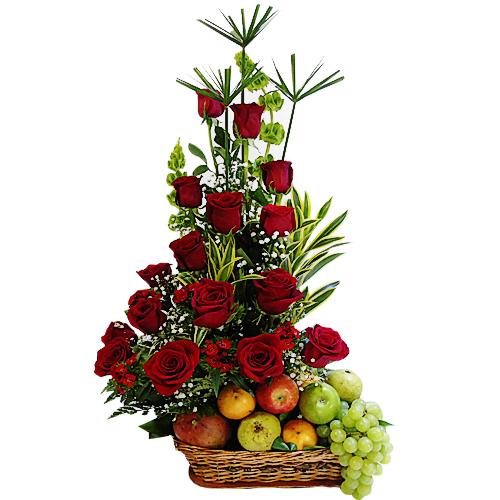 Hermoso diseño rosas y frutas en canasta artesanal.