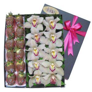 Orquideas en caja con fresas con chocolate irania floristeria bogota